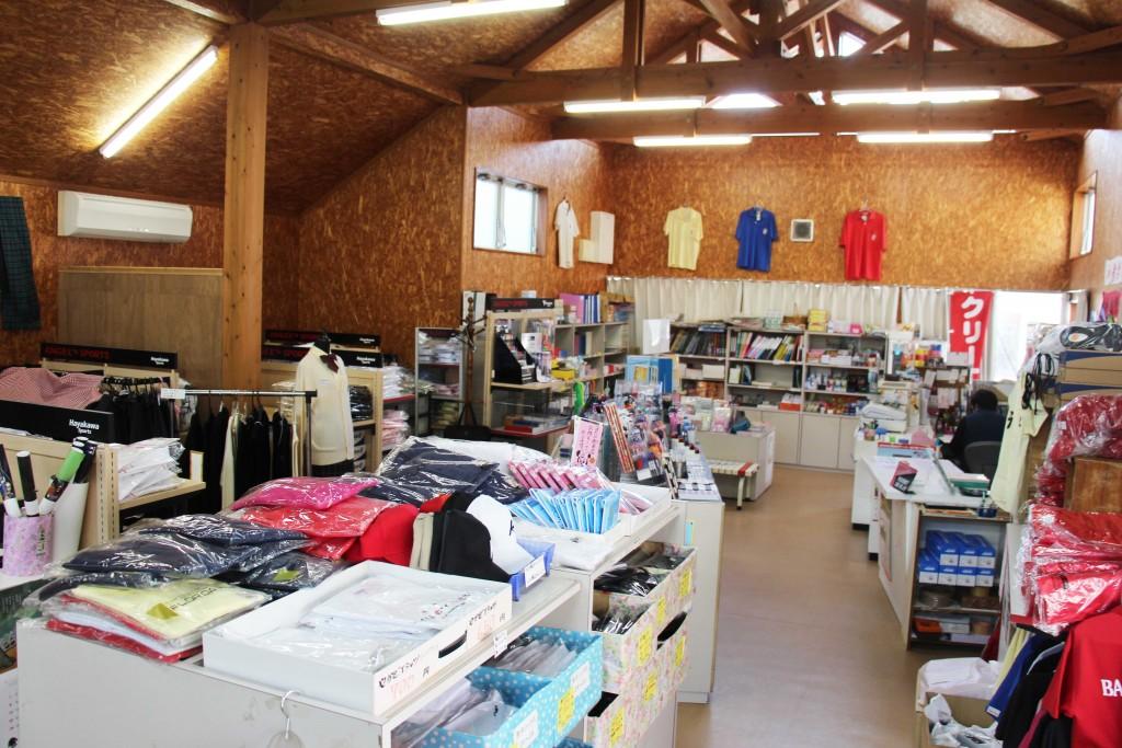 販賣部裡面有衣服、文具用品等等。