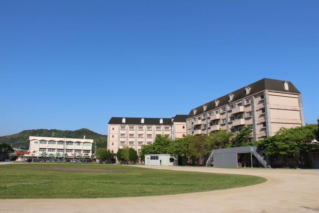 學校中央運動場。