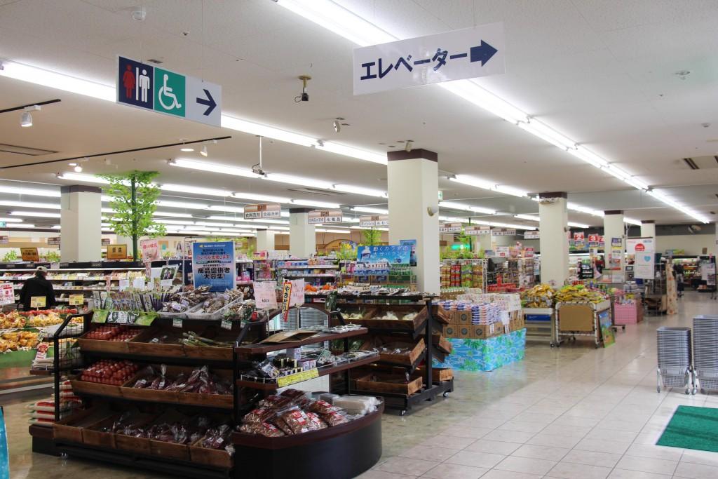 大型超市在一樓,生鮮食材、便當都可以在這裡一次購足。