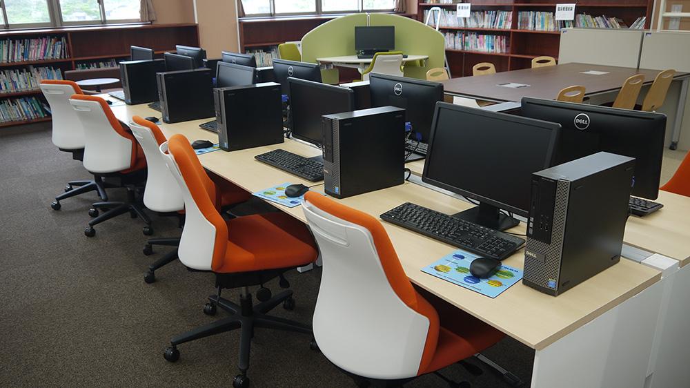 圖書室,有電腦可以借用。