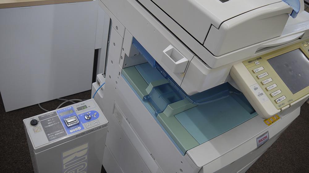 圖書室有影印機,要投幣。