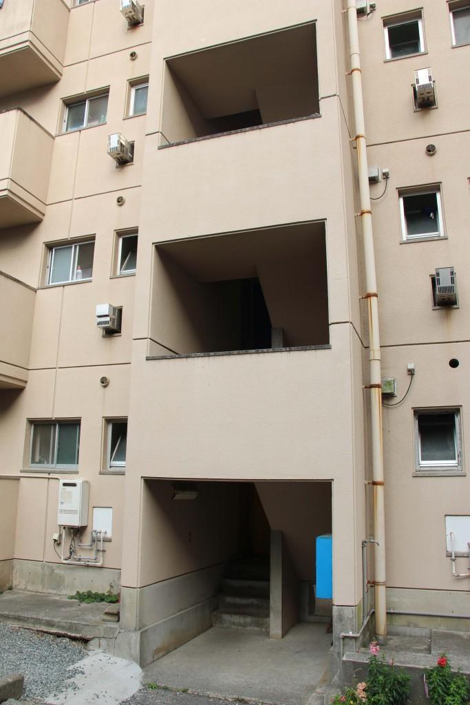 職員住宅B棟入口處,沒有電梯,要走樓梯。多運動多健康。