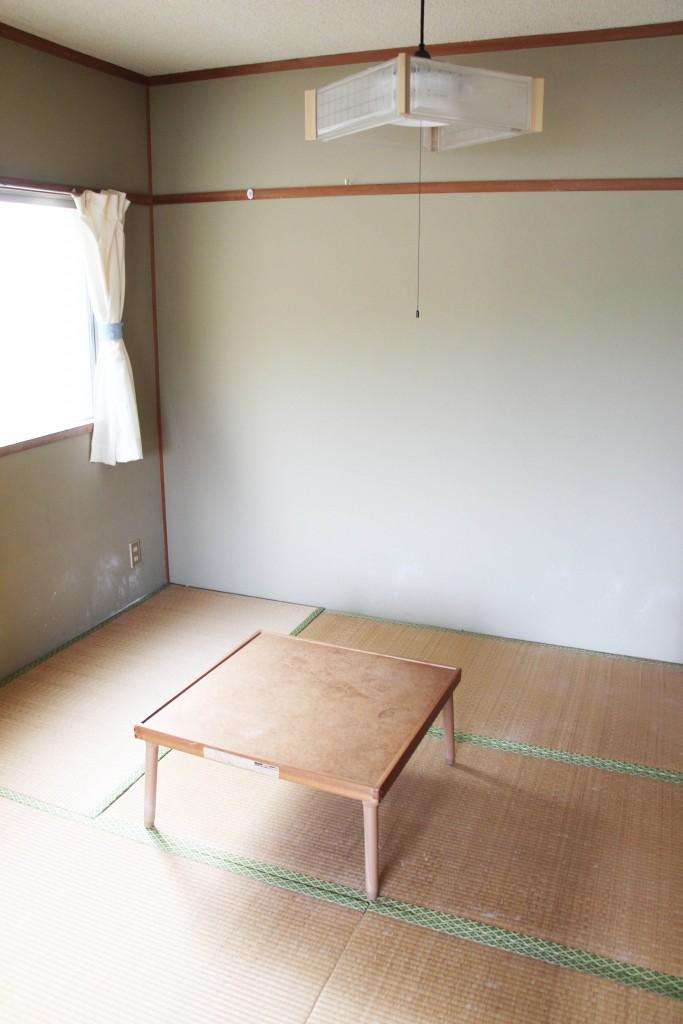 另外一間的寢室,也是榻榻米,有小桌子。