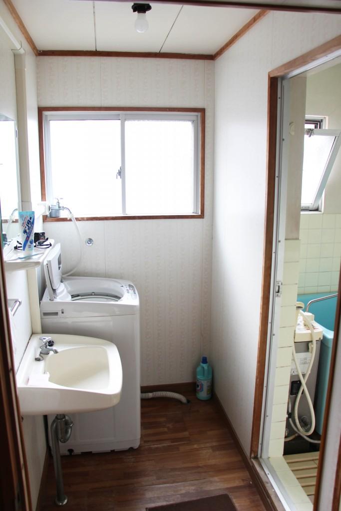 裡面有洗衣機,還有洗臉台(有鏡子)。右側則是浴缸。