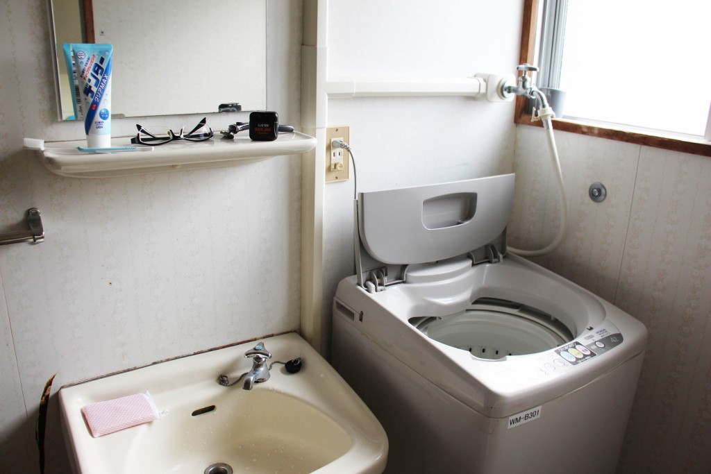 洗臉台近照。洗衣機的介面為日文,因此請學長姐教一下很快就可以自己洗了。