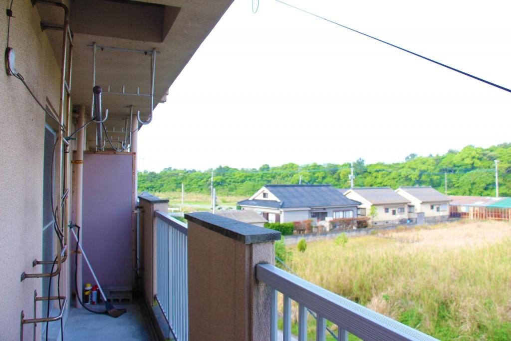 陽台狀況。陽台上方有晾衣架,可以在這裡曬衣服。
