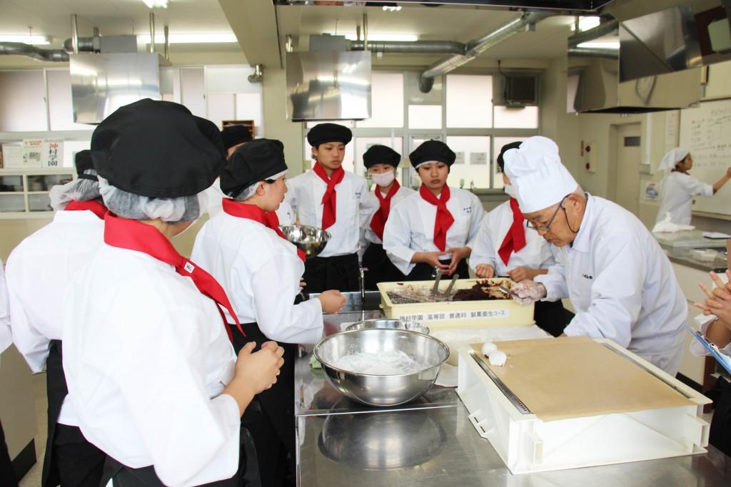 和菓子製作教學。今天製作了紅豆大福,還沒開賣外面就已經排了好長隊伍。
