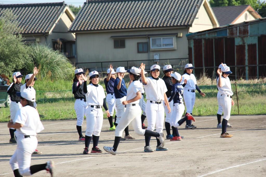 棒球,每個學生都大聲喊口號練習,非常認真。
