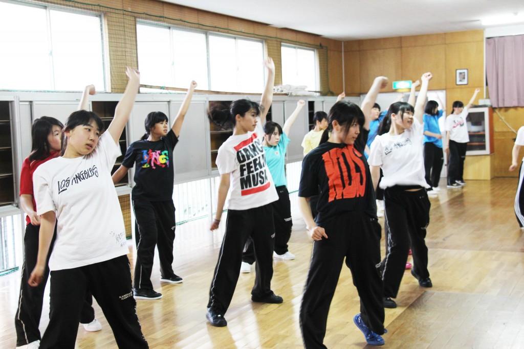 熱舞社。大家整齊劃一的動作練習,為了就是表現自我。