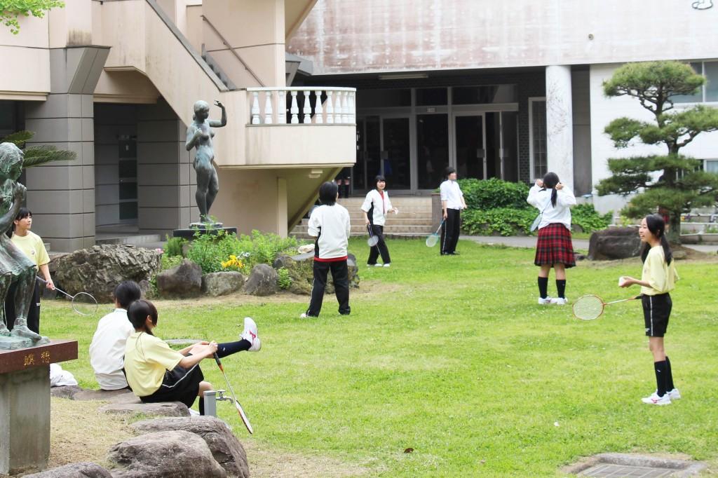 羽毛球社。在校園中庭練習。