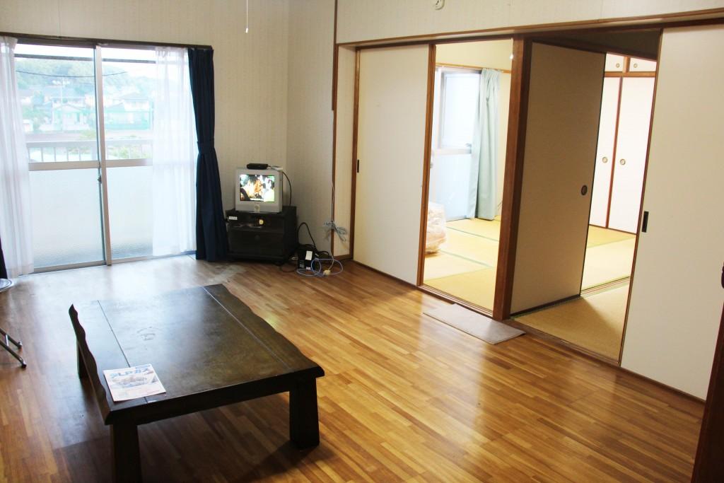 大廳另一角,有電視。電視旁有Wifi分享器。