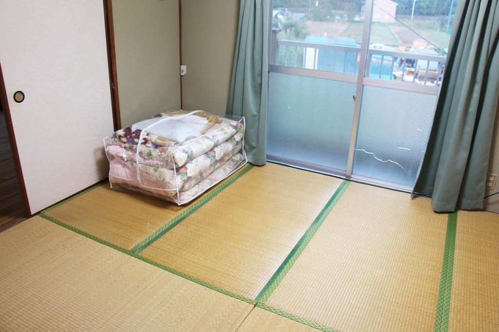 寢室是榻榻米(有些則是木頭地板),學校準備好的床單、被套、枕頭、枕頭套、毛毯都在裡面。另一面牆壁有可以放棉被的壁櫥。