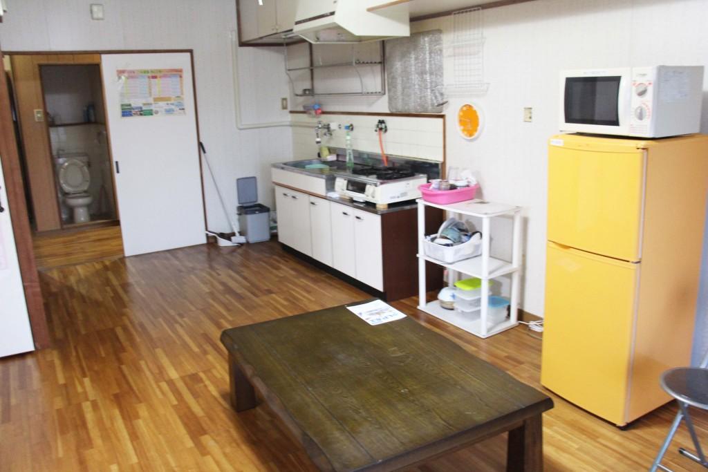 進去之後會有大廳,大廳有簡易廚房、冰箱、微波爐、電鍋,因此可以在這裡煮三餐,非常節省。