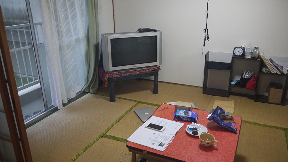 客廳有電視機跟小桌子。