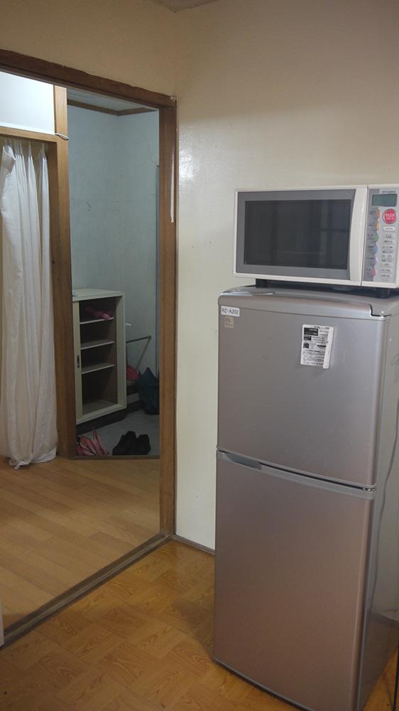 有冰箱跟微波爐。
