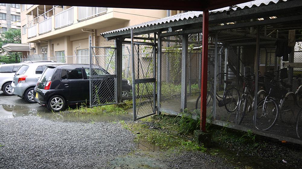 宿舍外有停放腳踏車的地方。