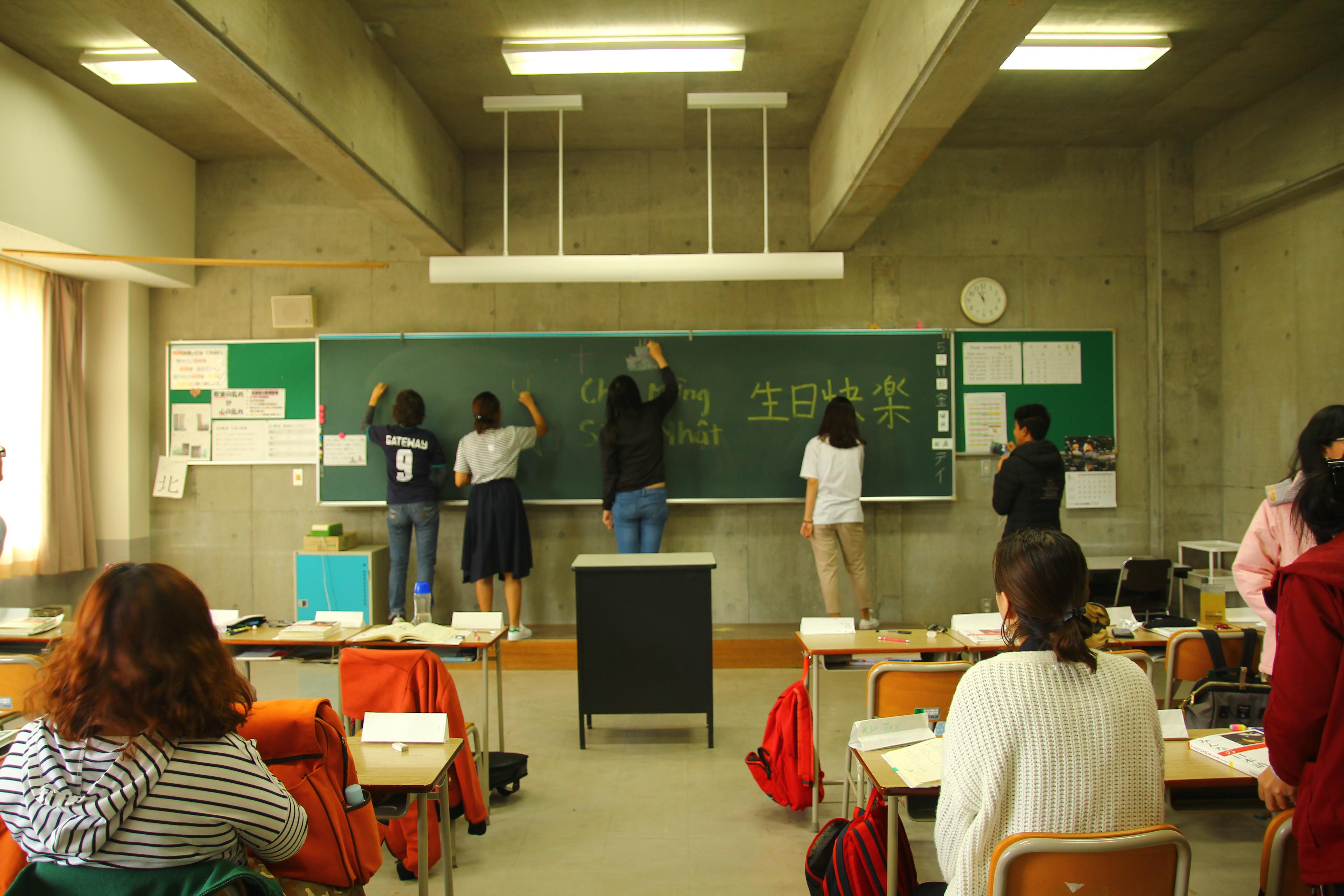 同學們幫老師慶生