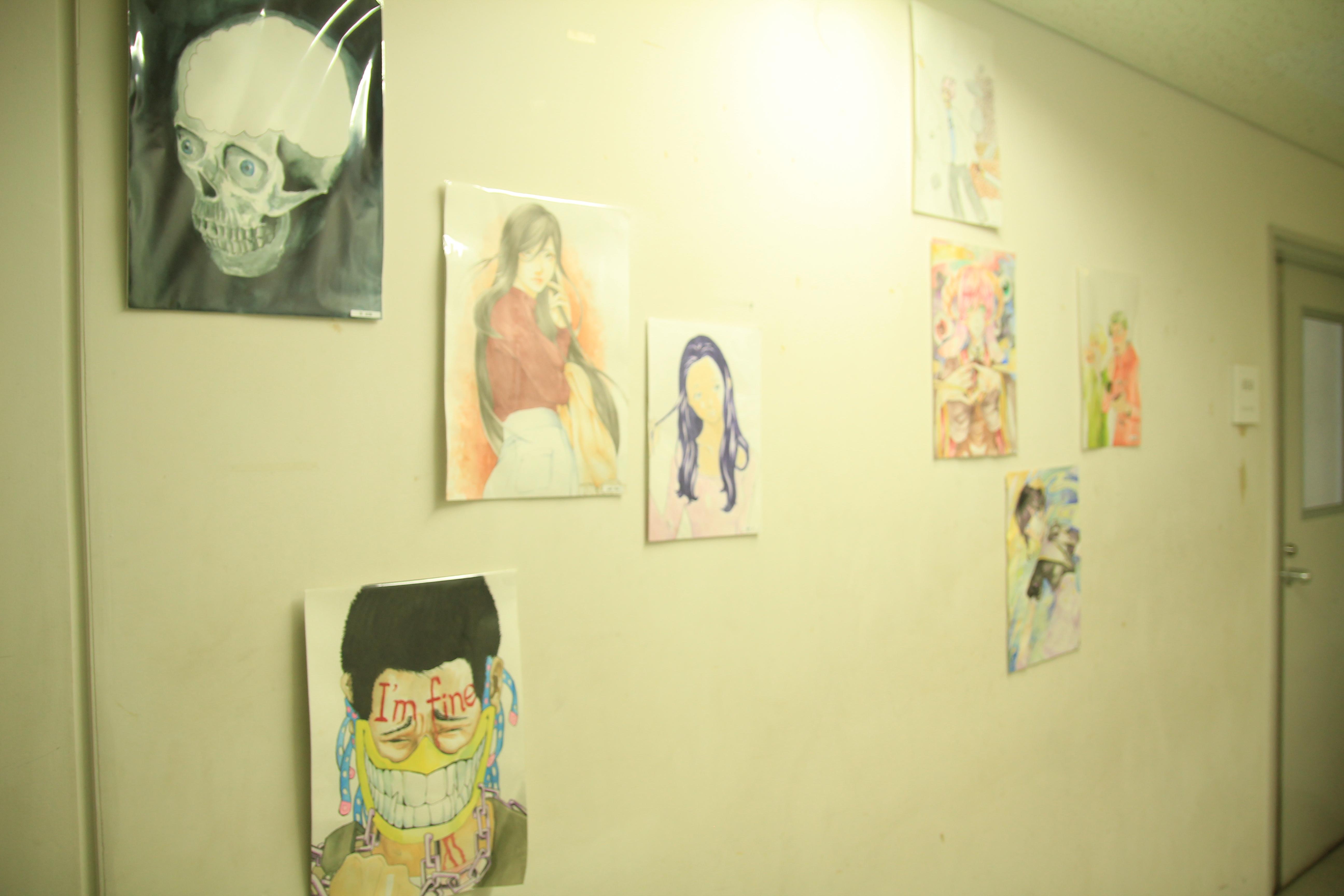 走廊上貼了許多學生的作品
