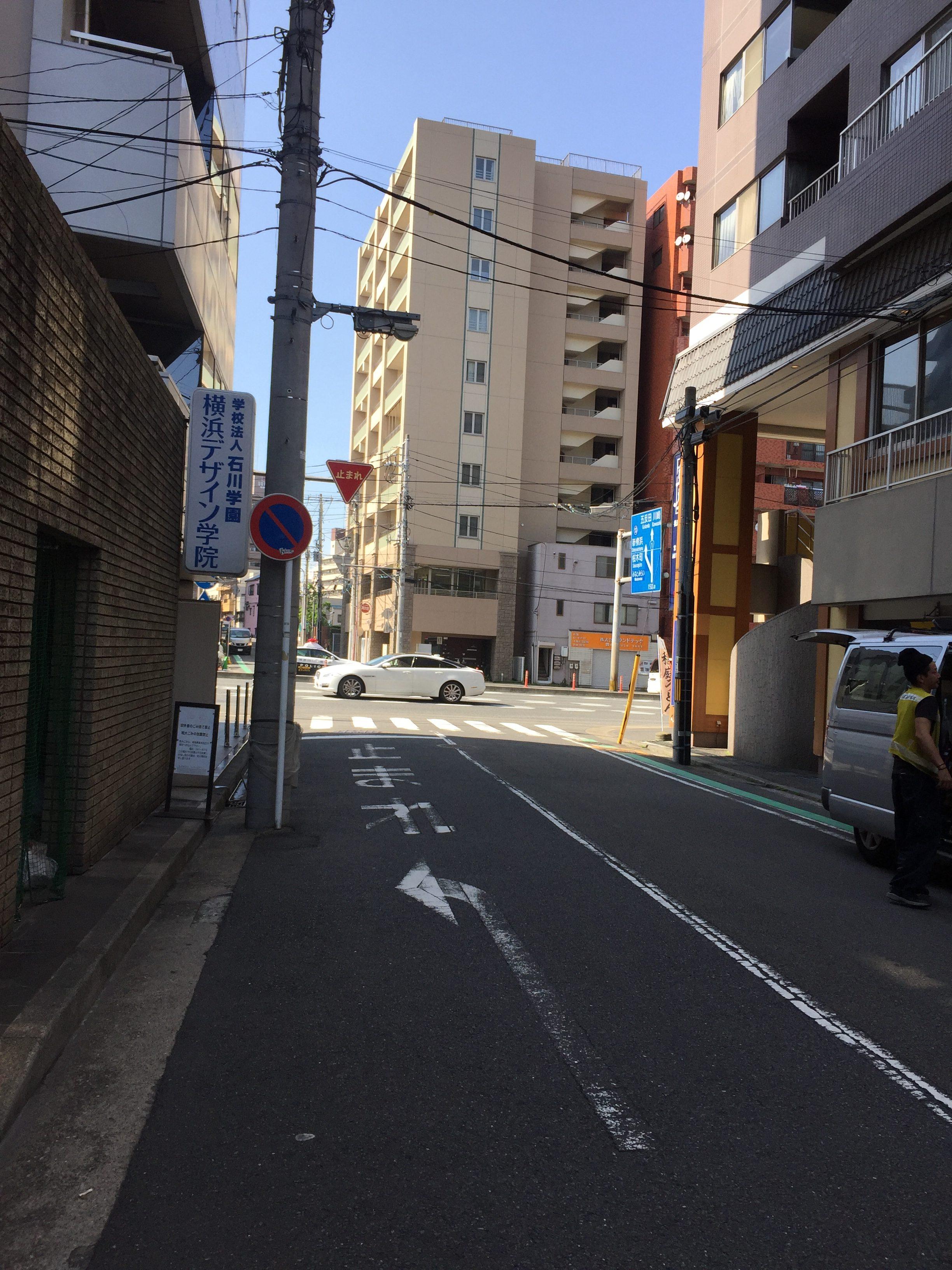 學校在巷子內,一出巷子就有JR站